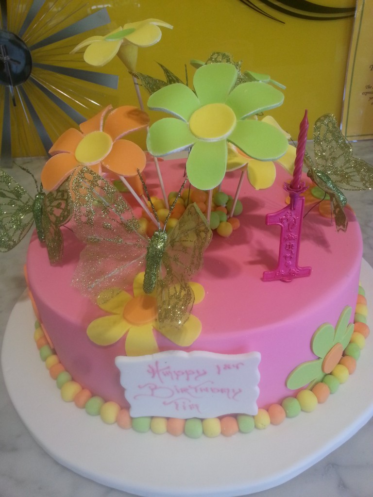 singletierroundbirthdaycakegirlflowerspink The Delicious